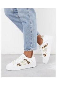 River Island - Sneakers con stampa leopardata e borchie a triangolo bianche-Bianco(112608792)